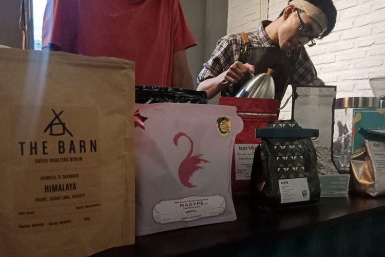 Biji kopi import di kafe kopi Meanwhile, yang dipilih Ridwan Kamil bertemu dengan Sandiaga Uno di Mega Kuningan, Jakarta saat diku jungi KompasTravel, Senin (17/9/2018).