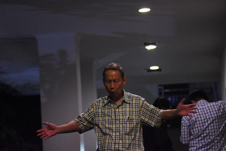 Terdakwa Direktur Utama PT Fajar Mulia Transindo Pieko Njotosetiadi melakukan peregangan otot saat menunggu dimulainya sidang tuntutan kasus suap impor gula di PT Perkebunan Negara III, di Pengadilan Tipikor, Jakarta, Rabu (15/1/2020) malam. Terdakwa yang diduga menyuap mantan Dirut PTPN III Dolly Pulungan itu dituntut Jaksa Penuntut Umum KPK dengan hukuman dua tahun penjara dan denda Rp250 juta subsider enam bulan kurungan. ANTARA FOTO/Indrianto Eko Suwarso/foc.