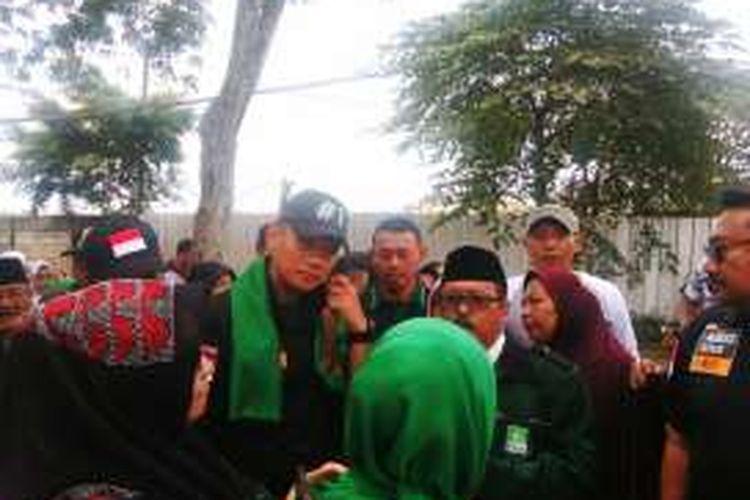 Calon gubernur DKI Jakarta Agus Harimurti Yudhoyono melakukan kampanye di daerah RW 16 Kelurahan Kayu Putih, Kecamatan Pulogadung, Jakarta Timur. Dalam kampanye itu, Agus mengunjungi kawasan yang terancam digusur. Sabtu (10/12/2016)