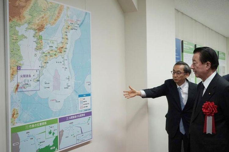 Tetsuma Esaki (kanan), Menteri Urusan Teritorial Jepang saat peresmian Museum Nasional Teritori dan Kedaulatan di Tokyo pada Kamis (25/1/2018).
