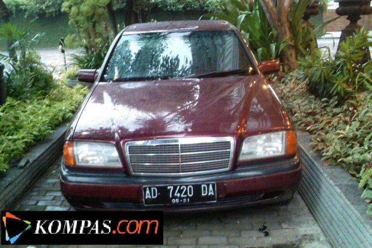 Salah satu sedan Mercedes Benz pribadi yang dimiliki Presiden Joko Widodo. Mobil ini merupakan bagian dari fasilitas bagi calon pengantin yang menyewa tempat resepsi di Gedung Graha Saba Buana milik Jokowi.