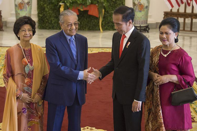 Presiden Joko Widodo (kedua kanan) dan Ibu Negara Iriana Widodo (kanan) menyambut kedatangan Perdana Menteri Malaysia Mahathir Mohamad (kedua kiri) dan istrinya, Siti Hasmah Mohamad Ali, saat tiba di Istana Presiden Bogor, Jumat (29/6/2018). Kunjungan PM Mahathir ke Indonesia yang bertajuk kunjungan perkenalan ini diisi dengan pembahasan mengenai penguatan hubungan kedua negara, baik dari sisi ekonomi, sosial, hingga kebudayaan.