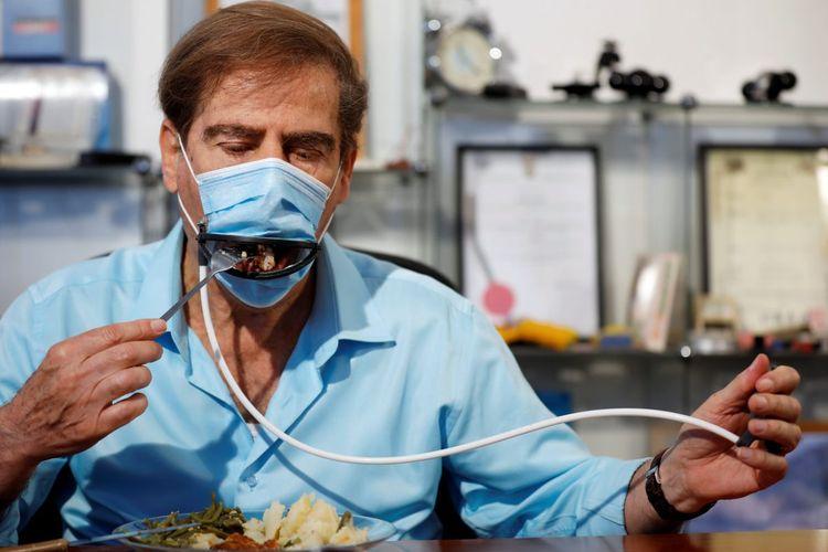 Masker dengan remote control, yang memungkinkan masker tetap bisa dipakai saat makan