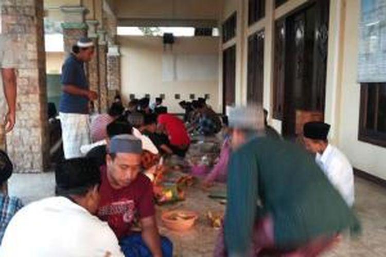 Tradisi makan Rioyo Kupat di Rembang, Jawa Tengah.