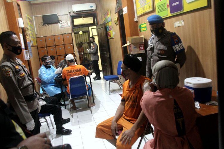 Tahanan penghuni rutan Polres Blitar menjalani suntikan vaksinasi Covid-19, Jumat (23/7/2021)