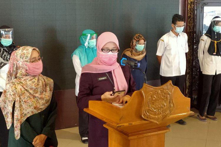 Kepala Dinas Kesehatan Kota Tegal dr. Sri Prima Indraswari didampingi Kabag Humas Hendiati Bintang dalam konferensi pers yang menghadirkan sejumlah nakes yang negatif Covid-19 setelah swab ulang, di Balai Kota Tegal, Rabu (12/8/2020)