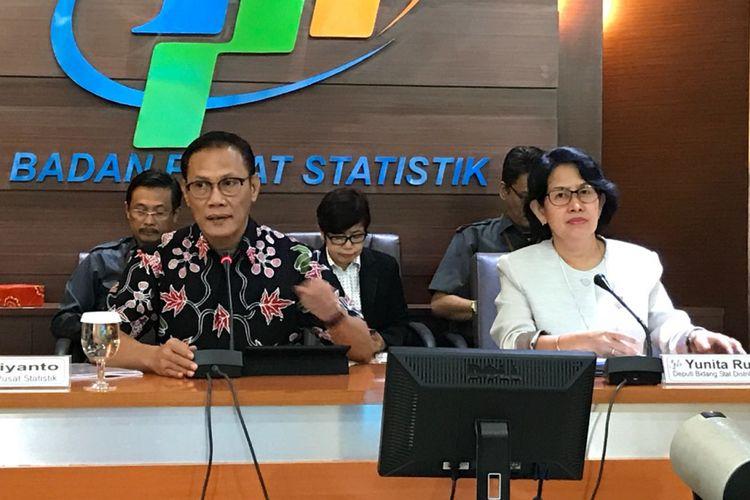 Kepala Badan Pusat Statistik Suhariyanto bersama Deputi Bidang Statistik Distribusi dan Jasa BPS Yunita Rusanti saat konferensi pers mengenai inflasi bulan Agustus 2018 di kantor BPS, Senin (3/9/2018).