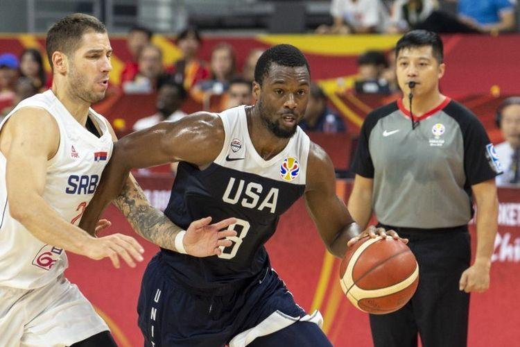 Harrison Barnes (kanan) mencoba melewati pengawalan Stefan Jovic pada pertandingan AS vs Serbia dalam Kejuaraan Dunia Basket 2019 di Dongguan, 12 September 2019.