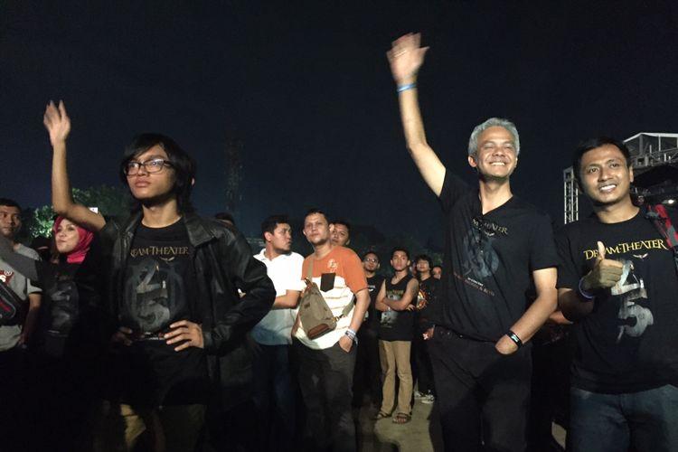 Gubernur Jawa Tengah Ganjar Pranowo bersama anggota keluarganya saat menyaksikan pertunjukan Dream Theater di Stadion Kridosono, Yogykarta, Jumat (29/9/2017).
