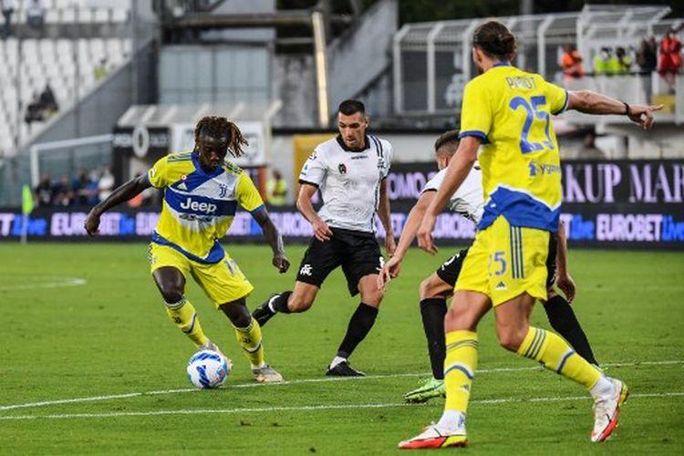 Moise Kean (kiri) pada laga pekan kelima Liga Italia yang mempertemukan Spezia vs Juventus di Stadion  Alberto-Picco, Rabu (22/9/2021) malam WIB.