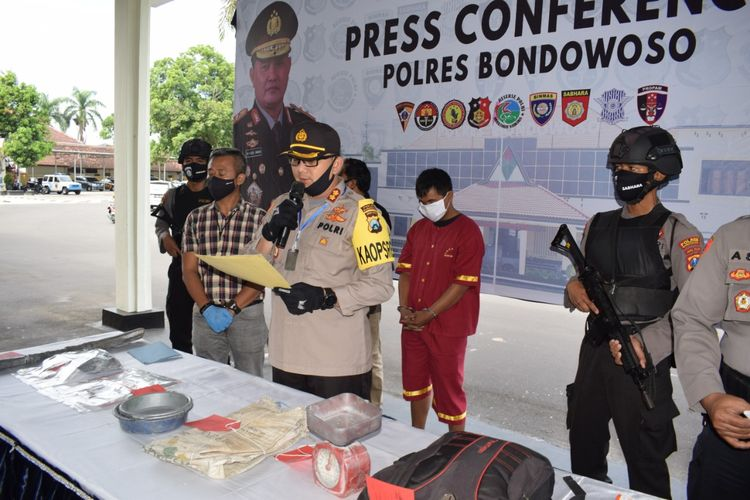 Polres Bondowoso mengamankan warga yang menjual bubuk mercon