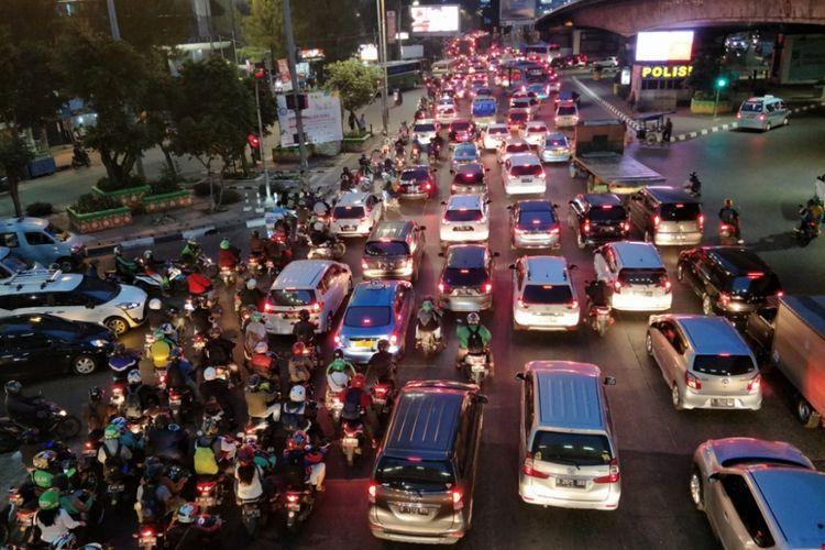 Lalu lintas di sekitar Gerbang Tol Slipi 1 terpantau padat, Rabu (1/8/2018) malam.
