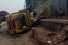 Truk Bermuatan Teh Dalam Kemasan Terguling di Bekasi
