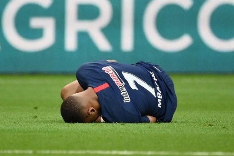 Kylian Mbappe terkapar setelah dilanggar Loic Perrin dalam laga PSG vs Saint-Etienne pada final Piala Perancis 2019-2020 yang digelar di Stadion Stade de France, Sabtu (25/7/2020) dini hari WIB.
