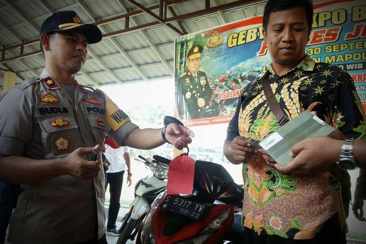 Muhammad Imamudi saat menerima penyerahan motornya yang pernah hilang dari Wakapolres Jombang, Kompol Budi Setiono, di Mapolres Jombang Jawa Timur, Selasa (24/9/2019).