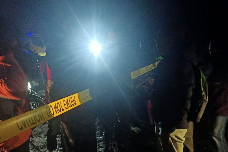 Jalan menuju Kawah Sileri Dieng ditutup setelah terjadi letusan yang mengeluarkan batu dan lumpur, Kamis (29/4/2021).