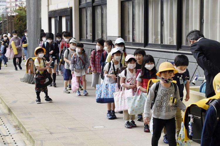 Sebuah sekolah dasar dibuka kembali dengan para murid memakai masker pelindung, menyusul penyebaran penyakit virus korona (COVID-19), di Nagasaki, selatan Jepang, Senin (11/5/2020), dalam foto yang diambil oleh Kyodo.