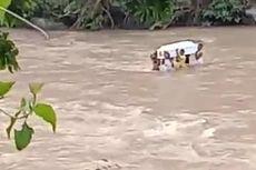 Peti Jenazah Pelajar SMA Dipikul 6 Pemuda Seberangi Sungai, Menginap Semalam karena Banjir