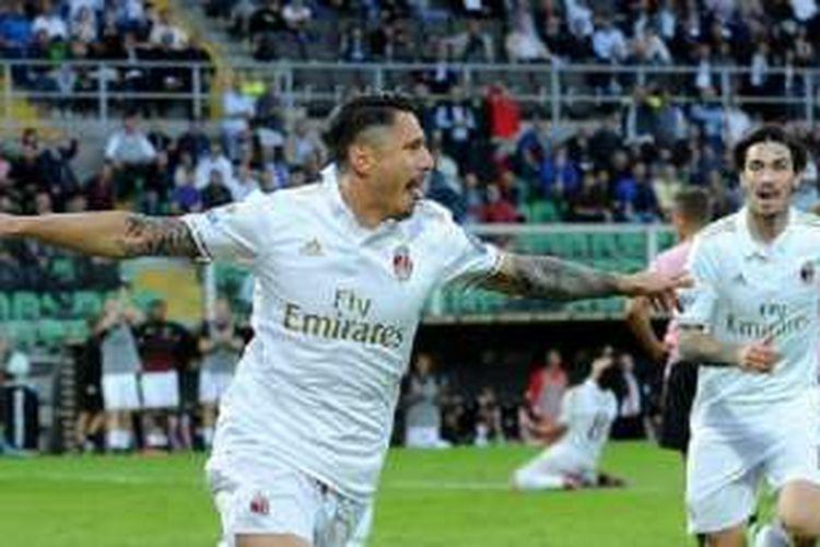 Bek AC Milan, Alessio Romagnoli, menyaksikan kegembiraan striker Gianluca Lapadula seusai mencetak gol ke gawang Palermo di Renzo Barbera, Minggu (6/11/2016).