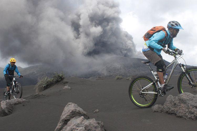 Anggota komunitas penggemar sepeda gunung berwisata di gunung Bromo yang sedang mengalami erupsi di Probolinggo, Jawa Timur, Sabtu (23/3/2019). Balai Besar Taman Nasional Bromo Tengger Semeru (TNBTS) mencatat jumlah kunjungan wisatawan domestik di gunung Bromo sejak bulan Februari 2019 mencapai 35.164 orang sementara wisatawan asing mencapai 758 orang.