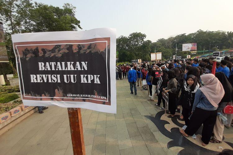 Puluhan aktivis Kalbar yang tergabung dalam Gerakan Kalbar Peduli KPK bersama AJI Pontianak gelar acara bertajuk: Mimbar Bebas di Bundaran Digulis Universitas Tanjungpura Pontianak, Kalbar, Jumat (13/9/2019).