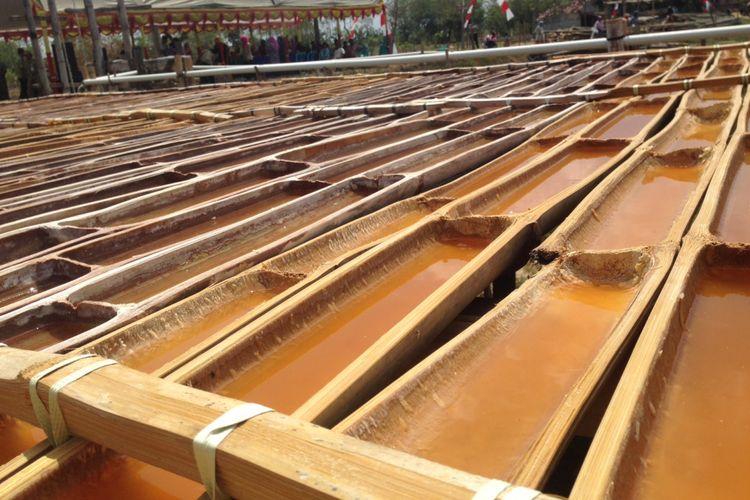 Bambu berisi air tanah dijemur untuk membuat garam di Grobogan, Rabu (2/8/2017)