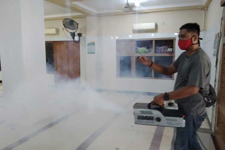 Bejo Sugiantor melayani fogging disinfektan di rumah warga secara gratis