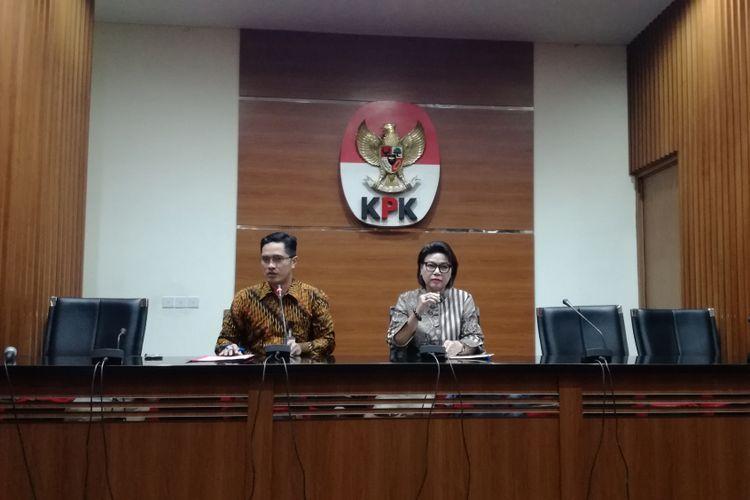 Juru Bicara KPK Febri Diansyah dan Wakil Ketua KPK Basaria Panjaitan dalam konferensi pers di Gedung KPK, Jakarta, Selasa (30/10/2018)