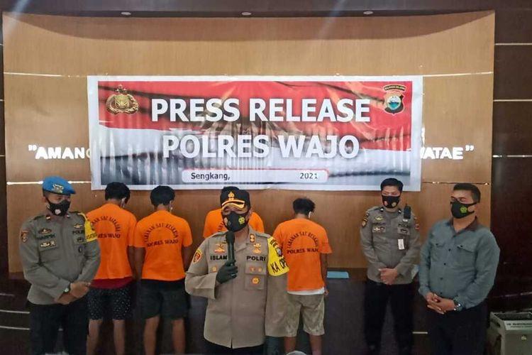 Lima pelaku pembakaran rumah berhasil ditangkap aparat kepolisian Polres Wajo, Sulawesi Selatan. Selasa, (12/1/2021).