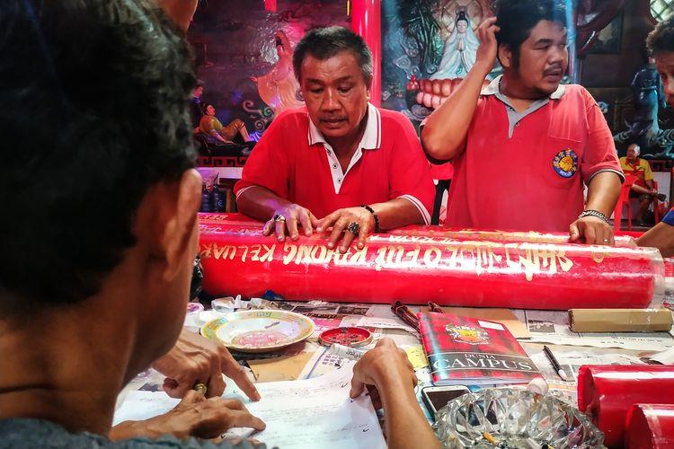 Para petugas Klenteng Hok Lay Kiong, Kota Bekasi sibuk berkoordinasi mencocokkan identitas lilin-lilin yang dikirim ke klenteng tersebut, tiga hari jelang perayaan Tahun Baru Imlek 2571 yang jatuh pada Sabtu, 25 Januari 2020.