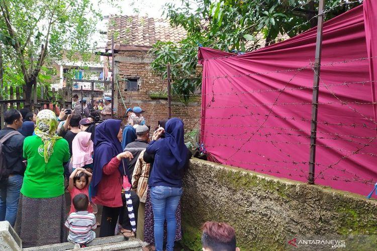 Warga melihat proses pembongkaran makam mantan istri Sule sekaligus ibunda Rizky Febian, Lina Jubaedah.