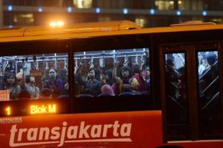 Bus transjakarta dipenuhi penumpang saat jam pulang kerja di kawasan Jalan MH Thamrin, Jakarta, Rabu (21/8/2013). Pemerintah Provinsi DKI Jakarta berencana menambah lagi sekitar seribu bus transjakarta hingga awal tahun depan untuk memenuhi kebutuhan angkutan massal.