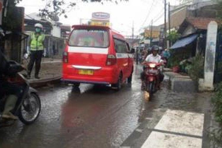 Sebuah angkot trayek 05 tengah melintas di sebuah ruas jalan di Kota Bandung.