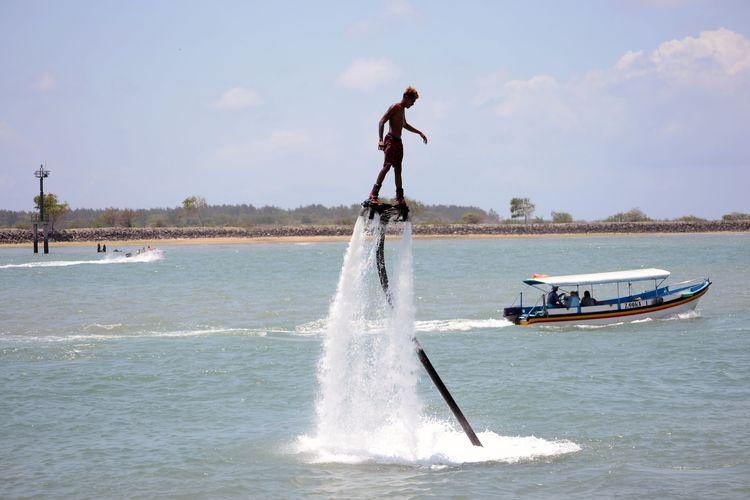 Flyboarding, aktivitas olahraga air ekstrem di Tanjung Benoa Bali.