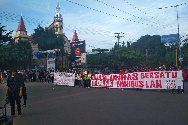 Mahasiswa dari Aliansi Unhas Bersatu saat aksi unjuk rasa di depanc pintu 1 Unhas di Jalan Perintis Kemerdekaan, Selasa (10/3/20280).