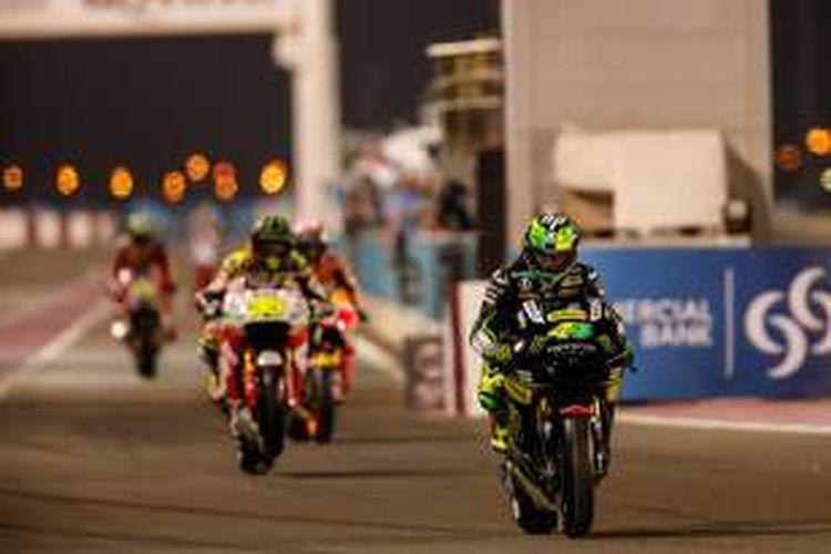 Pebalap Yamaha Tech3 asal Spanyol, Pol Espargaro, keluar dari pit pada sesi kulaifikasi GP Qatar di Sirkuit Losail, Sabtu (19/3/2016).