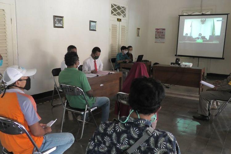 Sidang tipiring penggunaan masker melalui video conference di Pendapa Kecamatan Banyumas, Kabupaten Banyumas, Jawa Tengah, Jumat (8/5/2020).