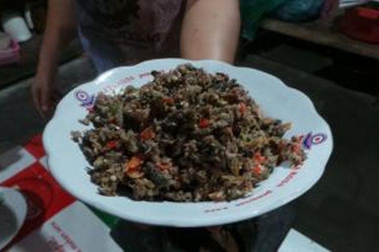 Menu sambal welut yang ditawarkan di Kedai Sambal Welut Pak Sabar, Bantul, Yogyakarta, Sabtu (22/8/2015). Ikan belut yang disajikan diulek bersama bahan-bahan seperti cabai, bawang putih, kencur, daun jeruk, gula, garam, dan bumbu penyedap.