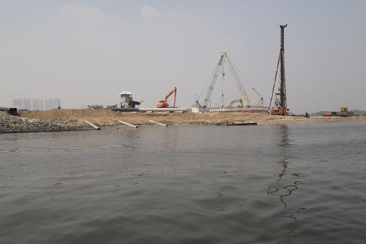 Proyek pembangunan jembatan penghubung antara Pulau C dan PIK 2 masih berlanjut di kawasan Dadap, Tangerang, Rabu (17/7/2018).