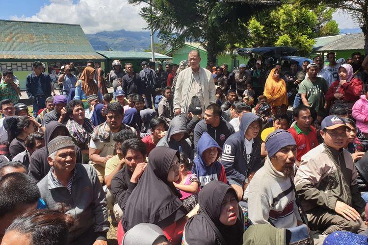 Wakil Gubernur Sumbar Nasrul Abit berada di tengah warga asal Sumbar di posko pengungsian di Wamena