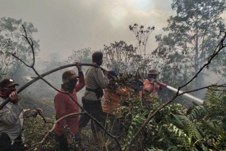 Tim Satgas Karhutla berjibaku mematikan titik api yang baru ditemukan di Kelurahan Terkul, Kecamatan Rupat, Kabupaten Bengkalis, Riau, Kamis (21/2/2019).