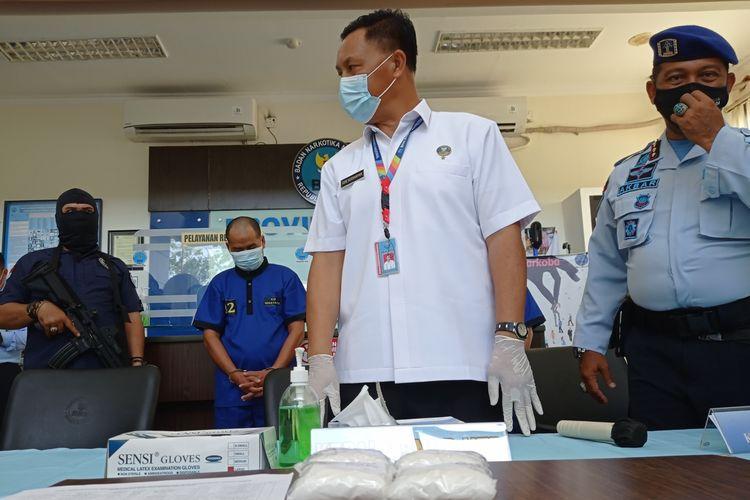 MRS dan S ditangkap petugas BNNP NTB karena kedapatan membawa empat bungkus narkotika sabu yang disembunyikan di dalam dubur dan celana dalam.