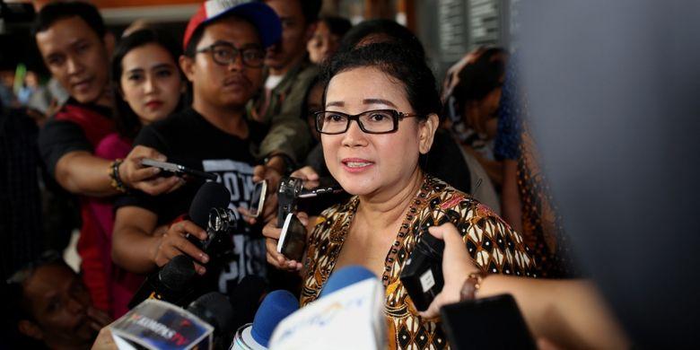 Mantan anggota DPR Miryam S Haryani memberikan keterangan pers setelah menjalani sidang di Pengadilan Tipikor Jakarta, Senin (24/7/2017). Miryam ditetapkan sebagai tersangka oleh KPK, atas sangkaan memberikan keterangan palsu di bawah sumpah di pengadilan.