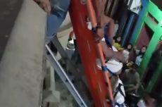 Lemas Tak Bisa Turun dari Lantai 2 Rumah, Warga Sakit di Johar Baru Minta Dievakuasi Petugas Damkar