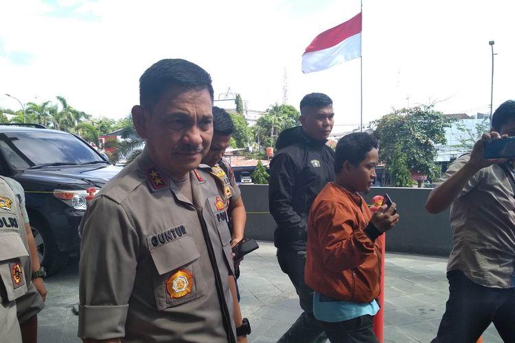 Kapolda Sulsel Irjen Pol Mas Guntur Laupe saat mendatangi Rumah Sakit Awal Bros Makassar untuk menjenguk mahasiswa yang jadi korban kekerasan aparat, Rabu (25/9/2019).
