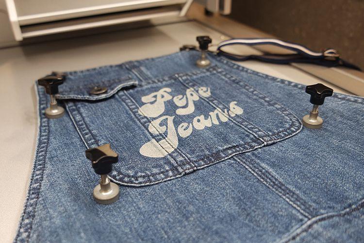 Hasil modifikasi berupa ?tato? di permukaan denim menggunakan mesin laser Custom Studio Pepe Jeans London.