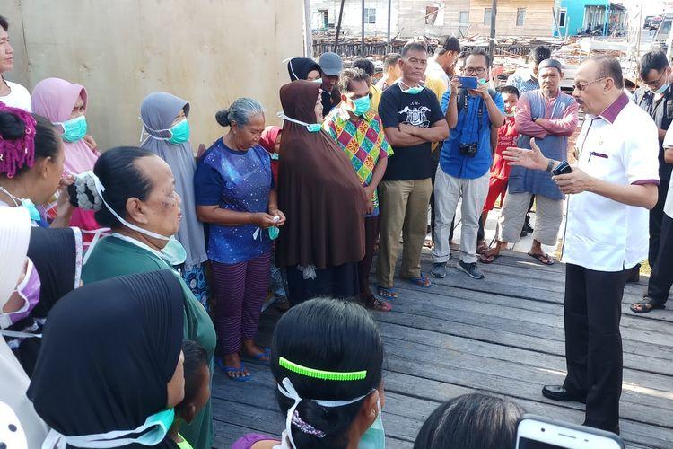 Bupati Natuna Hamid Rizal memberikan edukasi pemahaman kepada warga Desa Kota Tua Penagih. Meski sebelumnya sempat khawatir, namun belakangan berangsur berkurang