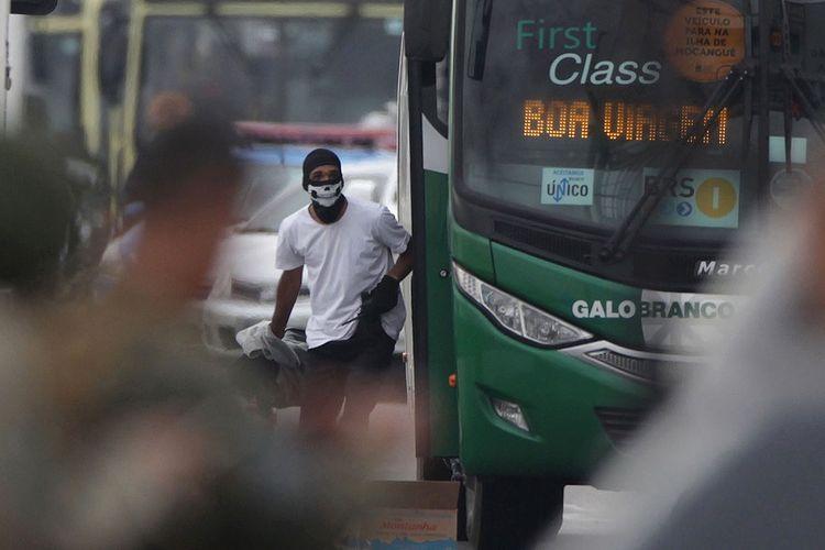 Foto yang dirilis media Agencia o Dia, yang menunjukkan pelaku pembajakan bus di Rio de Janeiro, Brasil, sebelum ditembak mati petugas, Selasa (20/8/2019).
