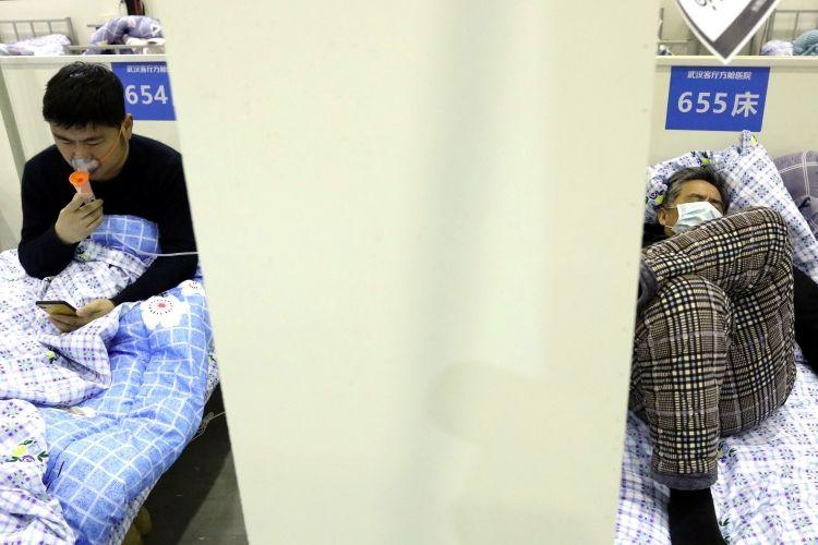 Pasien beristirahat di ranjang mereka di ruang tamu Wuhan Convention Center yang diubah menjadi rumah sakit darurat pada Sabtu (15/2/2020).