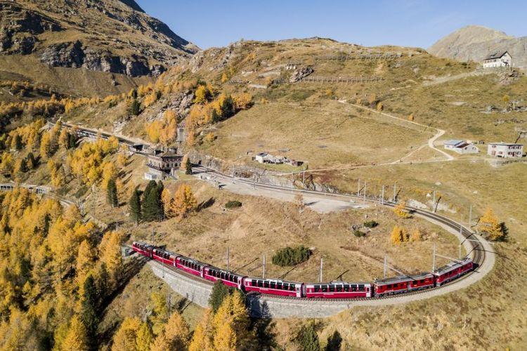 Ilustrasi kereta - Kereta Bernina Express di Swiss.